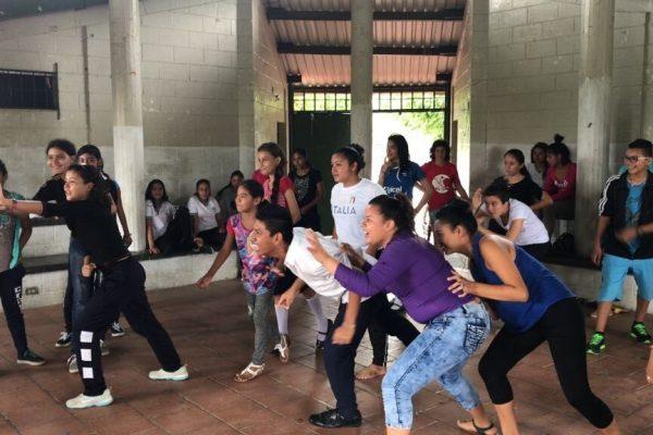 Teens work together in El Salvador