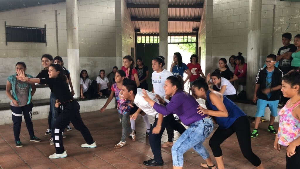 Teens work together in El Salvador