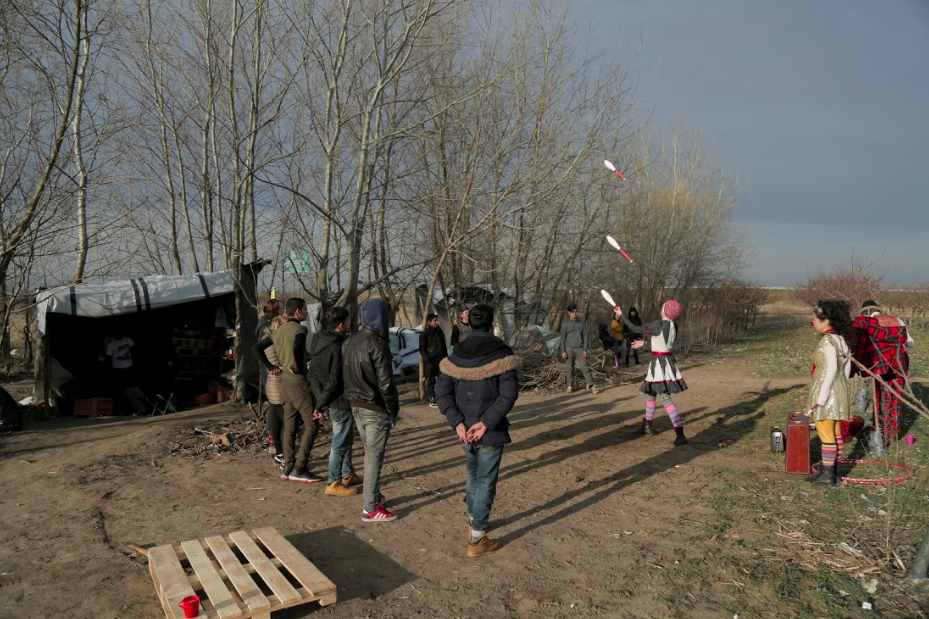 Bekah juggles in an outdoor camp along the Balkan Route