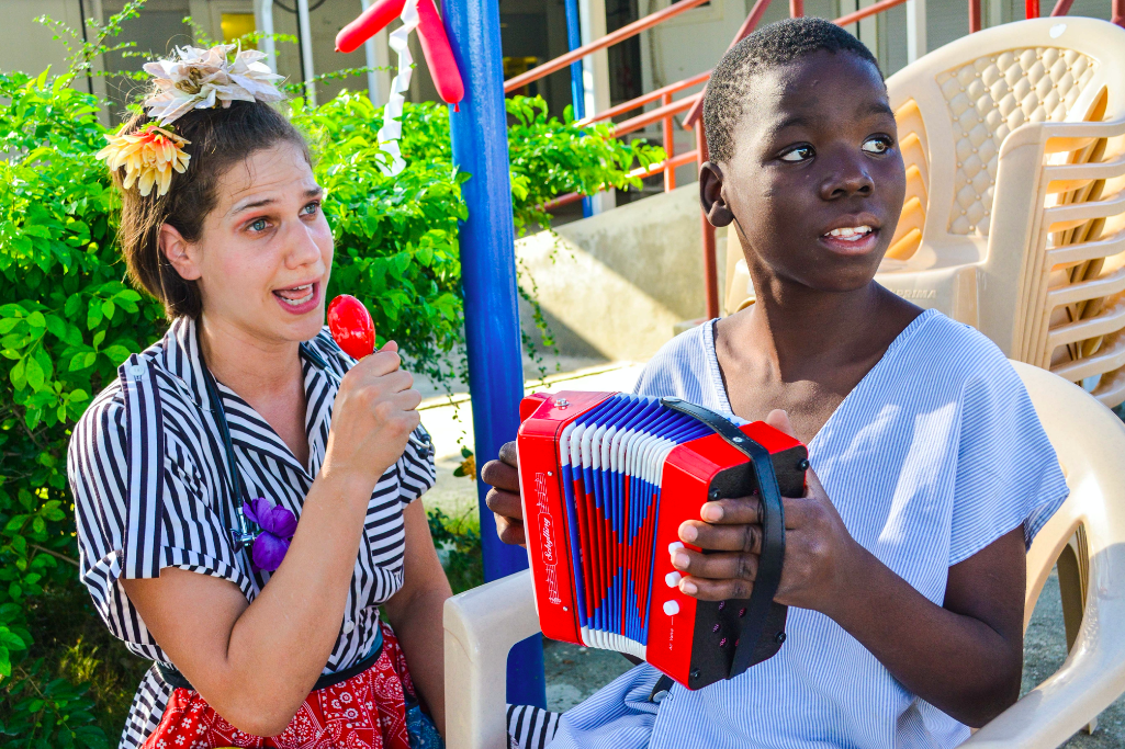 Naomi and a MSF patient sing together in Haiti