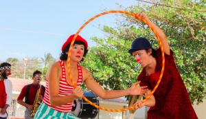 CoiCoi and Aline peer through a hoop